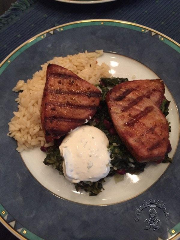 Curry-Thunfischsteaks mit Spinat-Bohnen-Salat Serviervorschlag