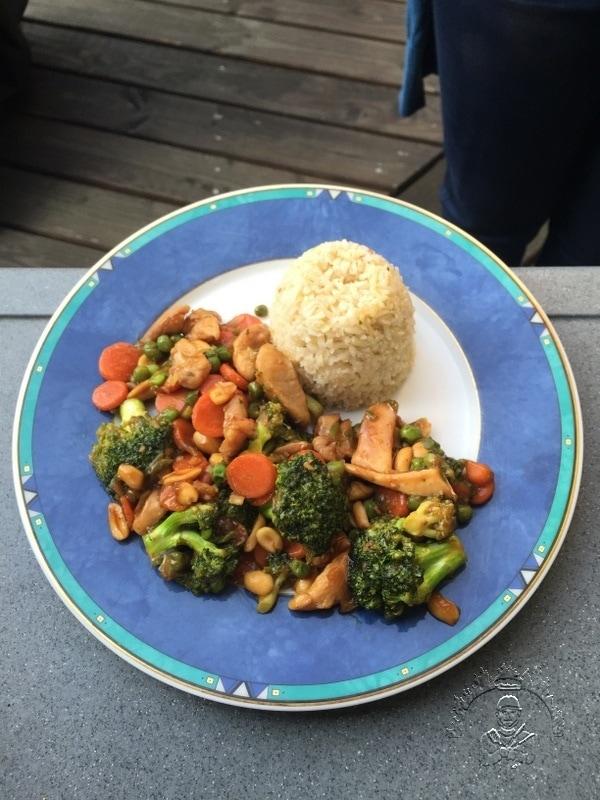 Mit Reis angerichteter Brokkoli-Hähnchen-Wok