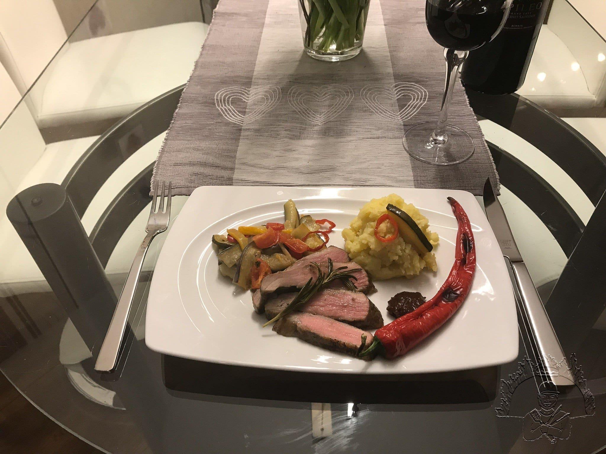Iberico Secreto an Knoblauchcreme , Kartoffelpüree und Grillgemüse_